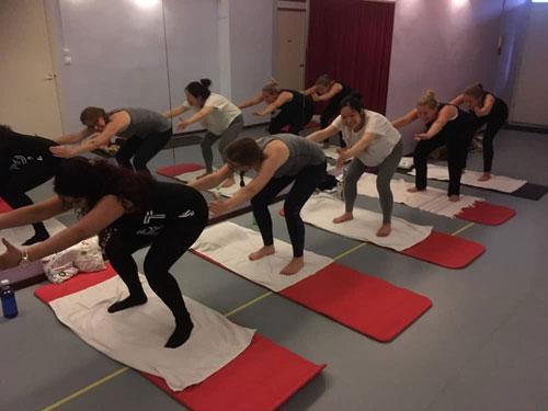 Een foto tijdens de zwangerschapsyoga in mijn yogastudio in Amsterdam Noord. De moeders gaan (lachend) akkoord.