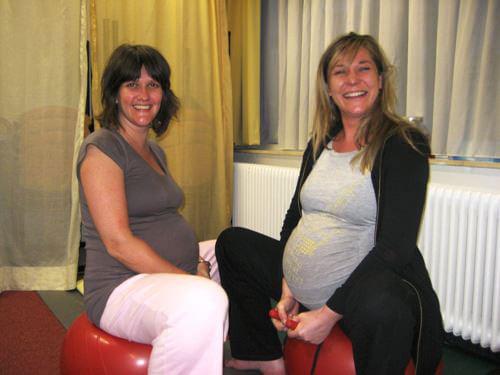 Twee zwangere vrouwen tijdens zwangerschapsyoga
